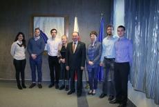 Zdjęcie grupowe na tle sztandaru KSAP