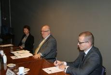 Słuchacze National Academy for Public Administration of Ukraine przy prezydencie Ukrainy i przedsawiciele KSAP siedzą przy stole.