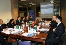 Delegacja przedstawicieli Shanghai Municipal Government siedzi przy stole.