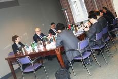 Delegacja przedstawicieli Shanghai Municipal Government oraz przedstawiciele KSAPsiedzi przy stole.
