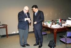 Dyrektor Jan Pastwa wręcza przedstawicielowi SMG prezent.
