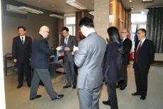 Dyrektor Jan Pastwa dostaje od przedstawiciela SMG prezent.