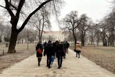 uczestnicy projektu w parku przed budynkiem NUPS