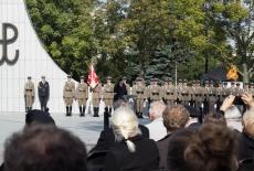 uczestnicy oficjalnych uroczystości pod pomnikiem Polskiego Państwa Podziemnego i Armii Krajowej