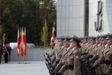 Żołnierze pod uczestnicy oficjalnych uroczystości pod pomnikiem Polskiego Państwa Podziemnego i Armii Krajowej