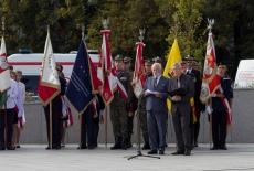 Poczty sztandarowe pod uczestnicy oficjalnych uroczystości pod pomnikiem Polskiego Państwa Podziemnego i Armii Krajowej