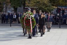 delegacja KSAP składa wieniec pod pomnikiem Polskiego Państwa Podziemnego i Armii Krajowej