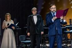 Teatr Królewski - na scenie stoją trzy osoby, jedna czyta list