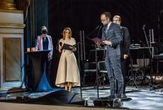 Teatr Królewski - na scenie stoją cztery osoby, jedna czyta list