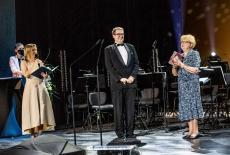 Teatr Królewski - na scenie stoją trzy osoby