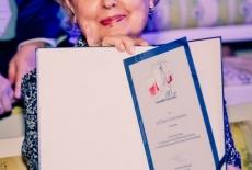 Prof. Maria Gintowt-Jankowicz prezentuje otrzymany dyplom