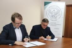 Dyrektor KSAP i Rektor UKSW podpisują umowę o współpracy