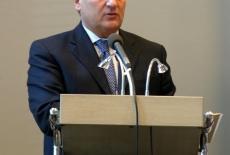 Prezydent Aleksander Kwaśniewski stoi na mównicy i przemawia
