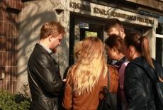 grupa ludzi przed wejściem do Krajowej Szkoły Administracji Publicznej