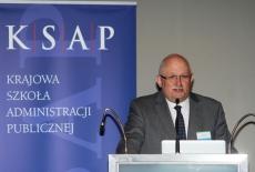 Dyrektor Krajowej Szkoły Administracji Publicznej Jan Pastwa przemawia na podium podczas konferencji.