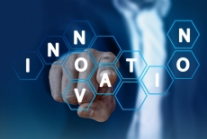 dłoń wskazująca na napis innovation