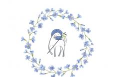 Baranek świąteczny w kole z niebieskich kwiatów