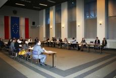 Uczestnicy szkolenia siedzią na sali w ławkach.
