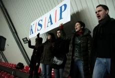 Kibice trzymają baner KSAP nad głowami