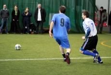 dwóch graczy biegnie za piłką