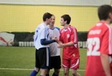 Uścisk dłoni obu drużyn