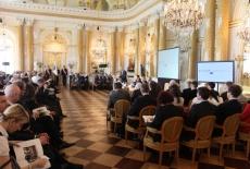 Uczestnicy spotkania siedzą na sala, przy mównicy przemawia Jacek Czaputowicz