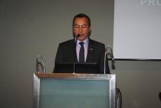 Ambasador Felipe Gajardo przemawia przy mówinicy.