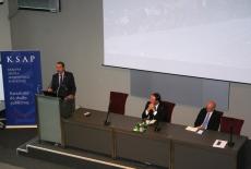 Ambasadorem Felipe Gajardo przemawia przy mównicy, a prozostali prelegenci siedzą przy stole.