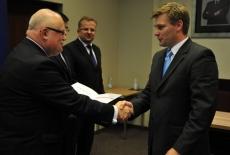 Dyrktor Jan Pastwa wręcza dyplom. Na drugim planie widać Wiceprezesa NIK Wojciecha Kutyłę i przedstawiciela KPRM Tomasza Bolka.