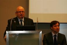 Dyrektor KSAP Jan Pastwa Przemawia przy mównicy, po prawej stornie siedzi Pan Marcin Sakowicz