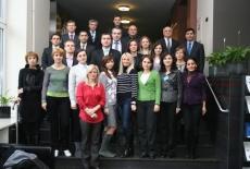 Zdjęcie grupowe uczestników stojących na schodach