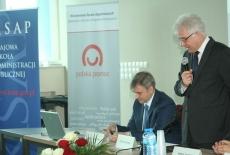 Dyrektor KSAP Jacek Czaputowicz stoi i mówi do mikrofonu