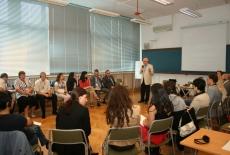 Uczestnicy szkolenia w siedzą w sali, pośrodku stoi Pan