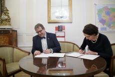 Dyrektor KSAP i Główny Konserwator Zabytków w gabinecie Konserwatora podpisują umowę
