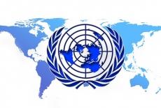 Logo ONZ na tle mapy świata