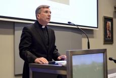 Ksiądz podczas wygłaszania wykładu