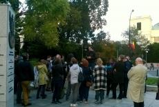 Grupa słuchaczy KSAP stojąca pod pomnikiem Polskiego Państwa Podziemnego i Armii Krajowej