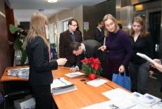 Uczestnicy konferencji przeglądaja materiały w holu KSAP