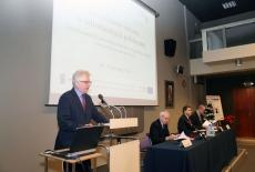 Dyrektor KSAP stoi przy mównicy i przemawia
