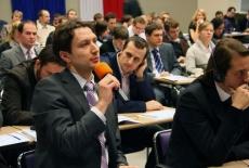 Jeden z uczestników konferencji mówi do mikrofonu
