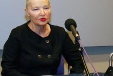 Pani Jadwiga Staniszkis siedzi i mówi do mikrofonu