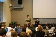 ambasador Królestwa Belgii Raoul Delcorde stoi przy mównicy i przemawia do słuchaczy