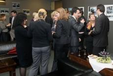 Uczestnicy spotkania stoja i rozmawiają między sobą