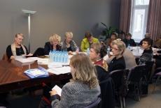 Uczestnicy spotkania siedzę przy stole
