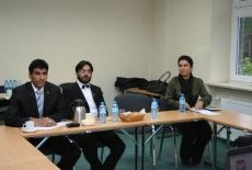 przedstawiciele władz Islamskiej Republiki Afganistanu siedzą w ławce