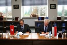 Dyrektor Ecole Nationale d'Administration de Tunis oraz Dyrektor KSAP podpisują list intencyjny
