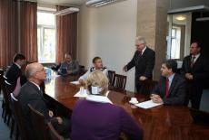 przedstawiciele Akademii Zarządzania Publicznego w Rotsowie siedza przy stole. Dyrektor KSAP stoi i mówi