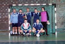Zdjęcie grupowe drużyny przy bramce