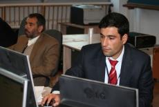 Dwóch uczestników szkolenia siedzi przy monitorach