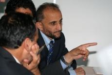 Uczestnik szkolenia siedzi i pokazuje cos palecem